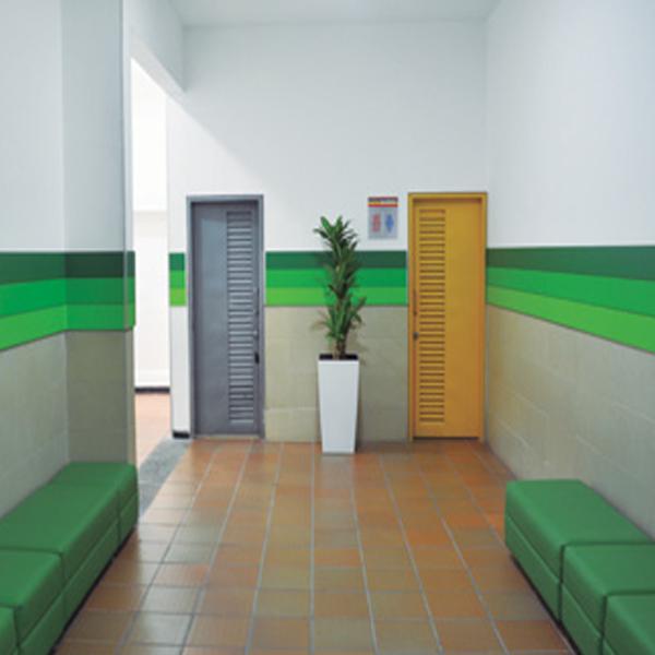 SALAS DE ESPERA   Pensando en su comodidad y en la de quienes le acompañan en sus visitas a Unicentro, hemos instalado salas de espera en las proximidades de los baños, donde encontrará puntos de carga de baterías para sus celulares y equipos electrónicos.